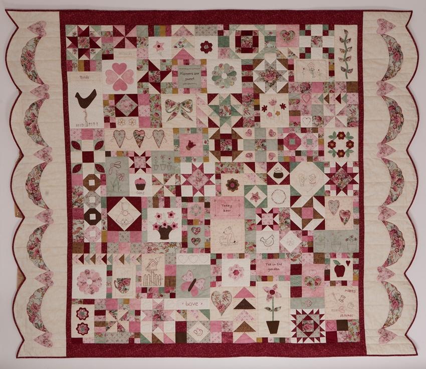 Happy Stitches Sampler quilt fra Patchworkhuset. Syet af Grete Tinning og Ann Baird.